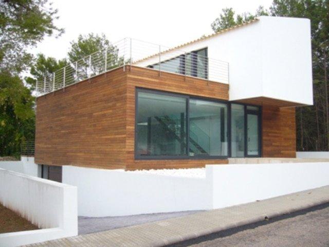 casa con paredes exteriores madera