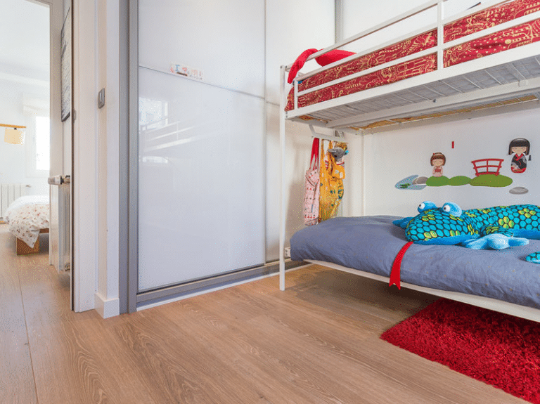 Soluciones practicas en suelos para dormitorio de niños