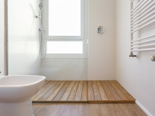 Madera en tarima de baño